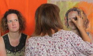 Penelope Milner au cours d'une séance de pose pour une démonstration